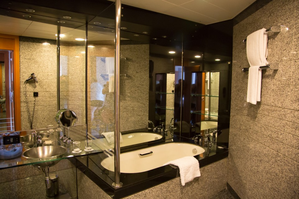review-hilton-dubai-creek-badkamer
