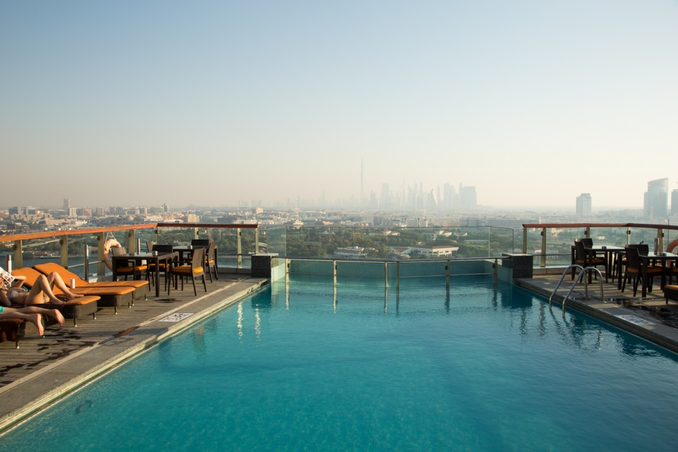 review-hilton-dubai-creek-zwembad